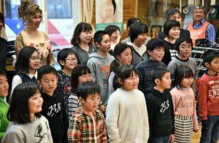 """""""希望の音楽""""を届けた佐藤しのぶさんと記念撮影。児童たちの笑顔がはじけた(本年11月、岩手・久慈市で)"""