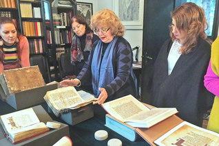 貴重な文献について解説するジュロヴァ博士(右から2人目)