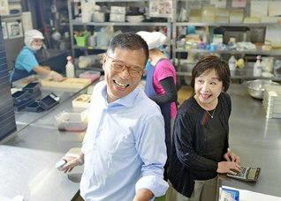 経理を一手に担う妻・和子さん㊨といつも一緒の斉藤さん。「ここまでこられたのも妻の支えがあってこそ」と