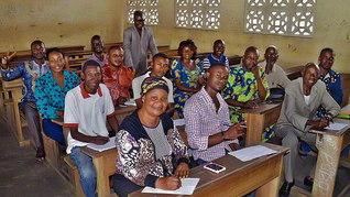 教学試験に挑んだコンゴ共和国のメンバーが記念撮影を(11月19日、ポアント・ノワールで)。同国初の試験は4会場で実施された
