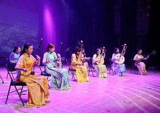 心に染み入る音色を奏でる北京民族楽団。息のあった流麗な演奏で、日中友好の節目に花を添える