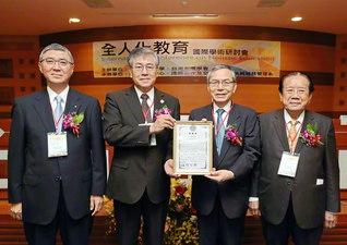 池田先生への感謝状が陳学長(左から2人目)から託された。右端は吳理事長(19日、建国科技大学で)