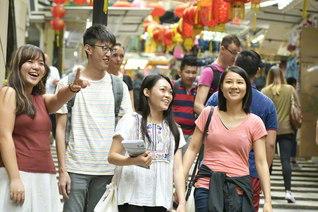若き人材が躍動する香港SGI。青年部の友は、きょうもあの地この地で友情と信頼の対話を広げる(昨年11月、香港島で)