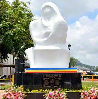 池田先生が作詞した「母」の歌詞が台座の銘板に刻まれた「母子像」。パナマ大学の校門を入ってすぐの場所に設置され、同大学を象徴するモニュメントの一つになっている