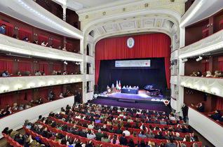 会場の紅白の色使いが、式典を格調高く演出する。劇場名となったアルベルディ博士はトゥクマン生まれの政治家で、音楽や文学の著作もある