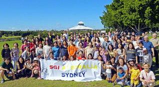 寛容と多文化共生の国で、幸の連帯を広げるオーストラリアSGIの友(昨年11月25日、シドニーのオリンピック公園で)