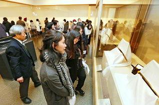 多くの鑑賞者が訪れた鐡華繚乱展(徳島城博物館で)