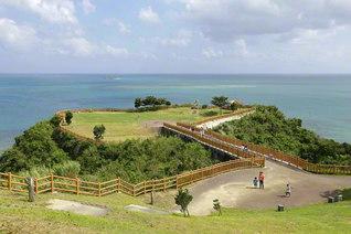 沖縄本島南部に位置する知念岬公園。青く澄みきった太平洋を一望できる(沖縄県南城市)