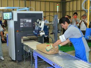 福島原発事故を受け、始められたコメの全袋検査(2012年8月、二本松市)