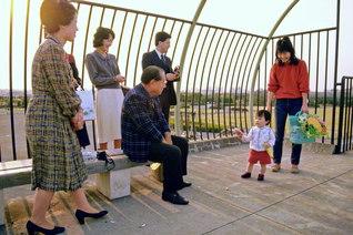 一度の出会いに真心を込めて――森ケ崎公園を訪れた池田先生が、居合わせた親子に気さくに声を掛ける(1984年11月9日)