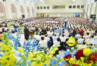 """""""栄光の年""""の開幕を告げた本部幹部会。創価の太陽・婦人部も、広布の黄金柱・壮年部も、後継の男女青年部も、「今年こそ!」の大誓願に立ち、出発を切った。さあ「3・16」60周年記念の「世界青年部総会」へ、広布史に燦然と輝く黄金の歴史を!(東京牧口記念会館で)"""