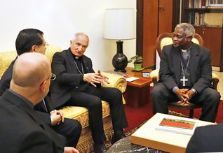 SGI訪問団がタークソン長官(右端)、トマーシ教皇大使(右から2人目)を表敬(9日、ローマ市内で)