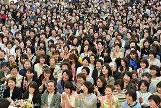 石川総県婦人部の大会。横山北陸婦人部長が激励