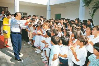 1993年2月にパラグアイを初訪問した池田先生が、愛すべき後継の友一人一人に尊敬の眼差しを送り最大にたたえる(パラグアイ文化会館で)