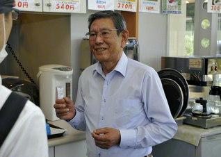 「すてんぱれ」の従業員に声を掛ける川村さん。「皆さん、長く続けてくださいます。オープン当初から働いている方もいるんです」
