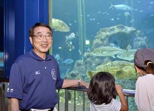「こちらの水槽で泳いでいる手前の魚がヤイトハタです」と、来館者に説明する西宮さん。皆が楽しみ、癒やされ、さまざまなことを学べる水族館を目指し、より一層のサービスに努める