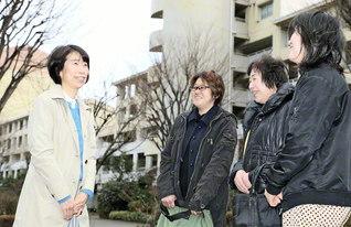 団地内で語らいが弾む。石嶋さん(左端)は、「声を掛けることから、つながりができていくんです」と