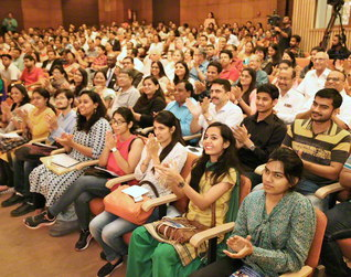 インドで行われた「SGIの日」記念提言に関するシンポジウム。600人が出席し、識者の講演に賛同の拍手が広がった(昨年9月)
