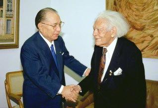 共に人類の未来を――南米最高の知性の殿堂であるブラジル文学アカデミーのアタイデ総裁(当時)と語り合う。池田先生はこの日、同アカデミーの在外会員に就任した(1993年2月12日、リオデジャネイロで)