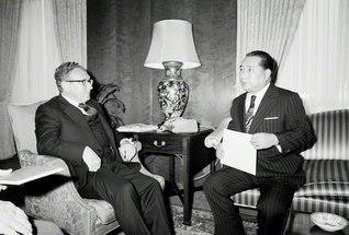 ワシントンDCの米国務省で、キッシンジャー国務長官と会見する池田先生(1975年1月13日)
