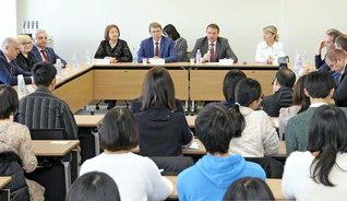 講演するパホーモフ市長(中央右)。創大生との質疑応答も活発に交わされた