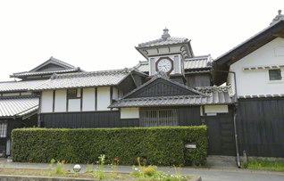 高知県安芸市にある「野良時計」。明治の中頃に作られ、田畑(野良)で作業をしていても時刻を知ることができたことからこう呼ばれるようになり、今も人々に親しまれている