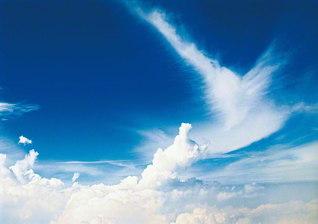 """機中から見た北海道の空に""""勝利のVサイン""""を描く雲が(1994年8月、池田先生撮影)。VODの番組には、この写真を北海道の同志に紹介する場面も収録されている"""