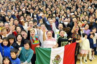 「センセイ・エスタ・アキ!(私たちの心にはセンセイがいる!)」――メキシコと日本の友の誓いの掛け声が会場に響いた(江東文化会館で)