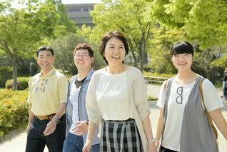 太陽の母が照らす仲良し家族(右から長女・徳華さん、三浦さん、長男・健聖さん、夫・健二さん)