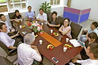 中国・中山大学南方学院の「国際教養教育・池田大作研究所」を学会代表が訪問。日中友好の未来について語り合った(15日、広州市で)