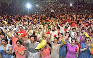 アルゼンチン青年部から、世界広布新時代の歓喜のうねりを!――後継の若人が圧巻の演目を繰り広げた青年文化総会。どの顔にも、師との誓いに生きる決意が満ちあふれていた(首都ブエノスアイレス近郊のテクノポリス内で)