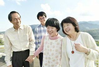 休日の午後、家族4人がそろって塩瀬中央公園へ。長女・有希さん(右から2人目)の笑顔は、どこへ行っても、誰に会っても、その場を明るくしてくれる(右隣が阪本さん。左端が夫・茂さん。後列が長男・望さん)