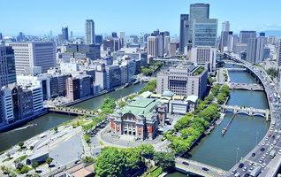 赤れんがの壁と緑のドーム屋根が特徴的な中之島の「大阪市中央公会堂」。数々の関西広布の節目を飾る舞台となってきた。2002年(平成14年)、国の重要文化財に指定された