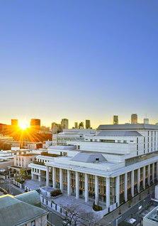 朝日が広宣流布大誓堂を照らす。さあ、「世界青年部総会」へ、旭日の勢いで前進!(1月2日、本社カメラマン撮影)