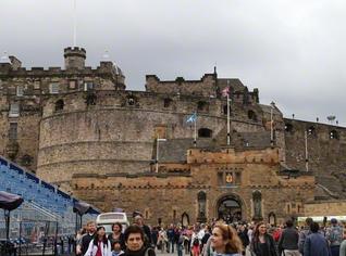 数世紀にわたりスコットランド王の住居となった「エディンバラ城」。夏の祭典の期間は手前の広場に特設ステージが設けられ、伝統衣装を身にまとった軍楽隊のショーが毎晩のように行われる