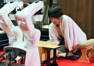 人工知能と対戦するプロ棋士(兵庫・姫路市で)