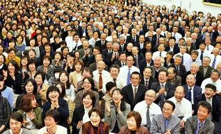世界広布新時代を切り開く決意にあふれた総会。「青年よ広布の山を登れ」を大合唱した(大分平和講堂で)