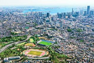 戸田先生が原水爆禁止宣言を発表し、学会の平和運動の原点となった横浜の地を上空から望む(本年3月撮影)。左下にあるのが三ツ沢の陸上競技場。宣言から60年の時を経て、不戦の心を受け継ぐ世界の青年たちがこの地に集う