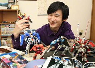 """""""ガンプラ""""に囲まれる至福の時。「将来は、ロボットの研究で社会に貢献していきたい」と赤川さん"""