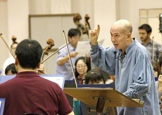 演奏会を前に熱のこもったリハーサルが続く。手前右が井上さん(14日、大阪市内で)