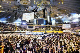 本年4月、北海道各地から1万人の青年が集った三代城創価青年大会。次代を担い立つ誓いと誇りにあふれて(札幌市内で)