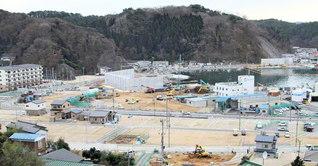 宮古湾を望む沿岸部。道路工事や土地の区画整理が進む