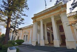 トゥクマン大学の校舎。正面には、モットー「足は大地に、眼差しは天空に」がラテン語で刻まれている