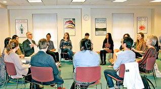 好評を博している池田センターの青年対話セミナー。終了後、パターソン博士は「素晴らしい経験になりました。センターの皆さんの友情に感謝します」と(ケンブリッジ市内で)