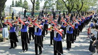 音楽隊の創価ルネサンスバンガードがパレード。学会歌「誓いの青年よ」「今日も元気で」などを奏で、沿道に笑顔が広がった(富士森公園で)
