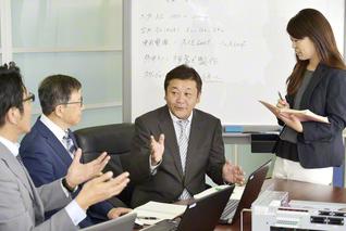 製品プレビューを確認しながら、今後の経営戦略を検討する遠藤さん(中央)。社員の懸命な働きぶりに感謝の思いは尽きない