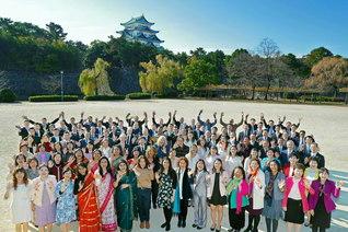 天下の名城・名古屋城を望みつつ、研修会で来日した16カ国・地域のSGIメンバーが誓いも新たに(10日、名古屋市内で。氏名を2面に掲載)。「諸天舞え」との大中部の同志の祈りに包まれて、天は晴れ、城は映(は)え、海外の友の心も喜び舞う
