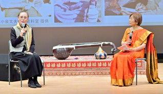 恩師・小泉文夫氏の思い出を語る、小柴さん㊧と的場さん(2017年11月、神戸市の関西国際文化センターで)
