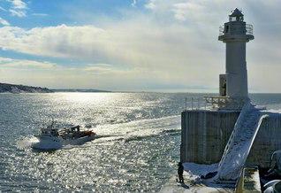 """厚田港から白銀にきらめく日本海を望んで(北海道石狩市)。""""一人立つ""""創価の源流から人材は澎湃(ほうはい)と"""