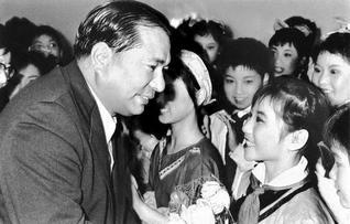 中国の未来は君たちのもの――池田先生が、第3次訪中の折に訪れた武漢で、歓迎する子どもたちと(1975年4月)